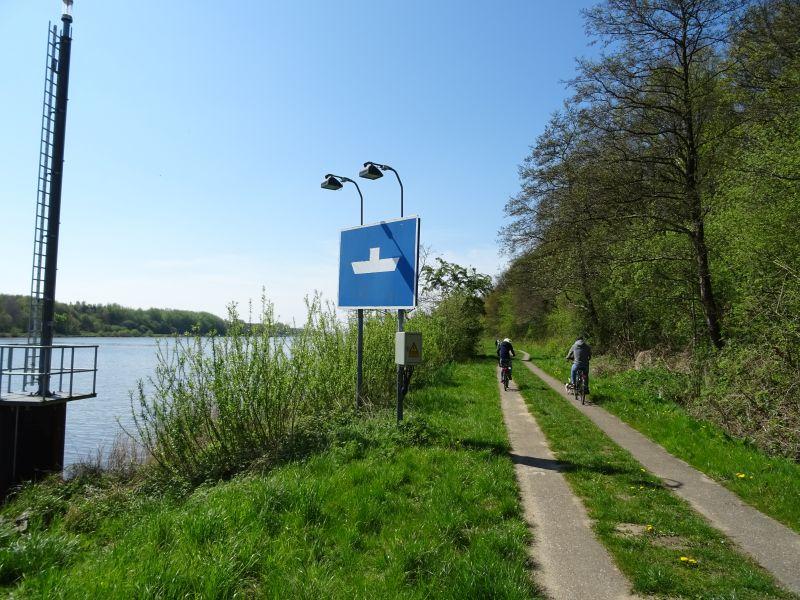 Hinweisschild-Faehranleger-Fahrradtour-am-Nord-Ostsee-Kanal