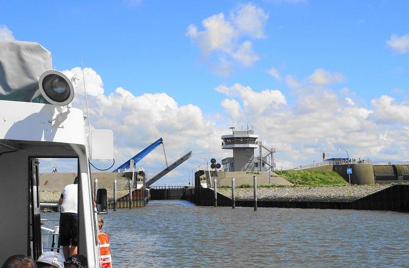 Eidertour-mit-Seetierfang-auf-der-Adler-2-Schleuse-Eidersperrwerk