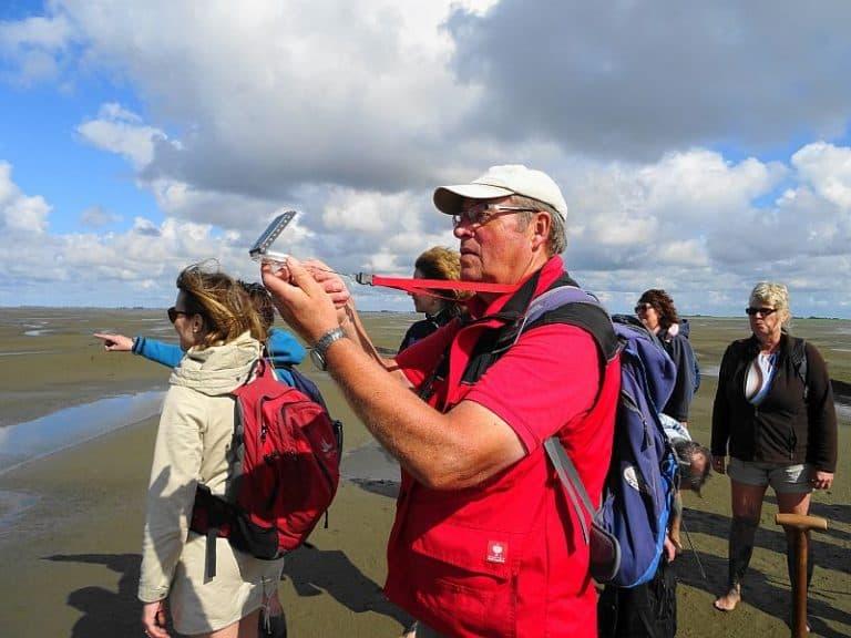 johann-peter-franzen-navigiert-mit-kompass-im-watt